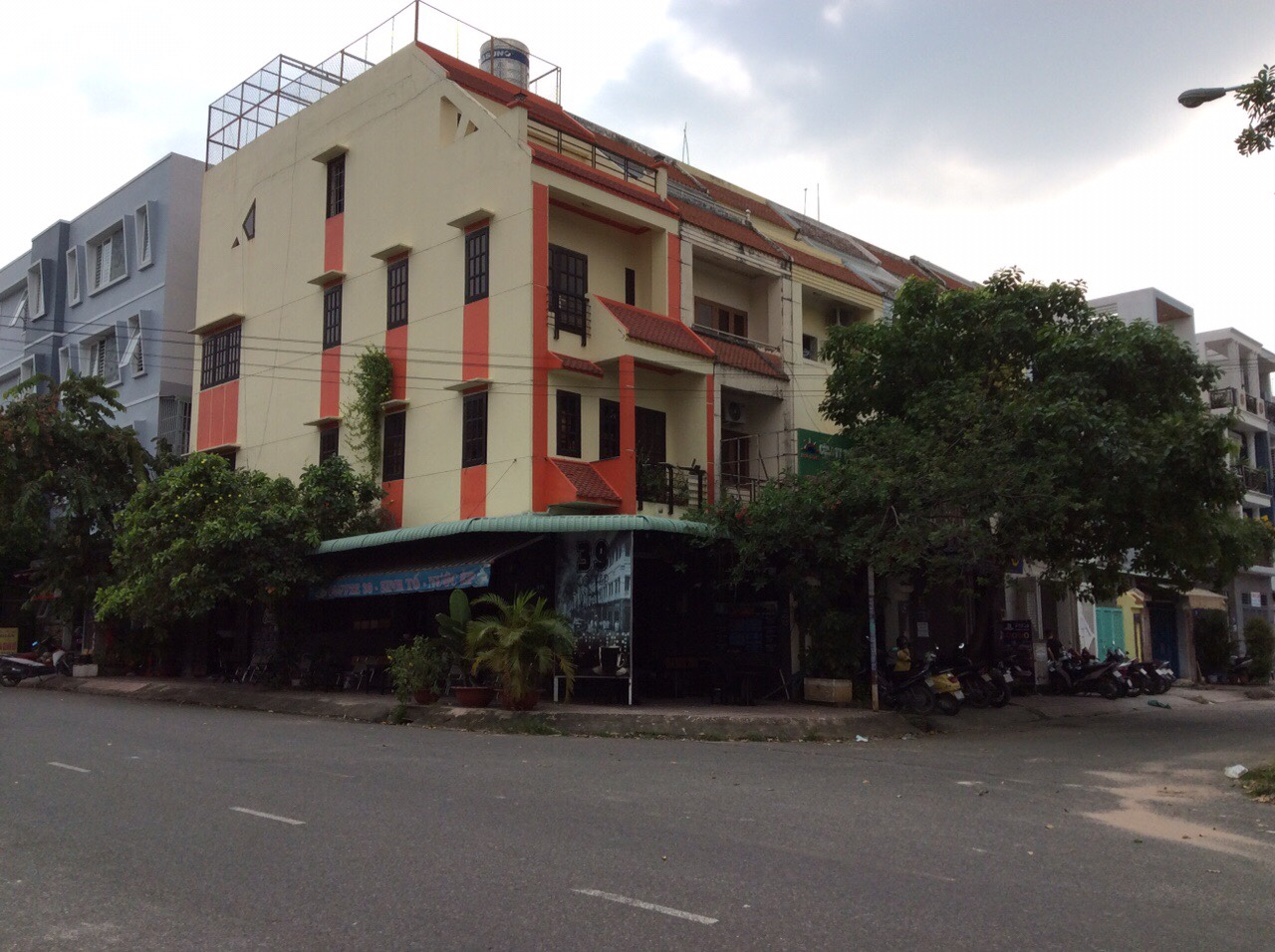 MT  Đường 449, Phường Tăng Nhơn Phú A, Quận 9 Kết cấu: 1 trệt,3 lầu,sân thượng DT: 75.6m2, 4.2 x 18m Nhà mặt tiền Giá: 9.7 Tỷ